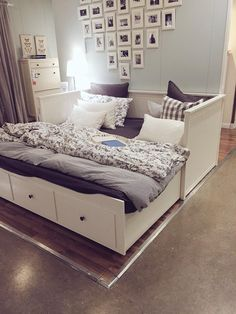 Apartment/Kleine Wohnung The Right Furniture Article Body: No apartment, home or office is complete Girl Bedroom Designs, Room Ideas Bedroom, Small Room Bedroom, Spare Room, Bedroom Decor, Ikea Bedroom, Bedroom Storage, Daybed Room, Ikea Daybed