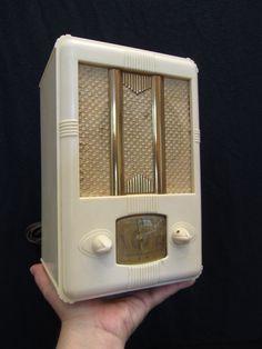 VINTAGE ADMIRAL TOMBSTONE BAKELITE TUBE RADIO