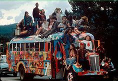 Bussing The hippies of Woodstock would climb anything. Looks Hippie, Hippie Love, Hippie Chick, Hippie Art, Hippie Style, Happy Hippie, Hippie Woodstock, Woodstock Hippies, 1969 Woodstock