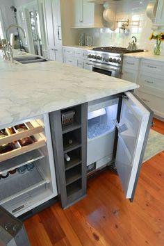 Холодильник, встроенный в кухонный остров