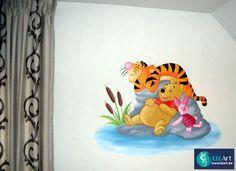 Wandschildering van Pooh, Teigetje en Knorretje aan het uitrusten op een steen