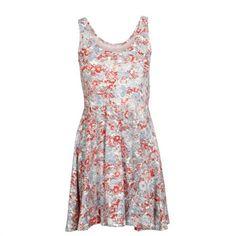 Hameet ja mekot sekä ylipäätään kaikki kukkakuosit vaatteissa!