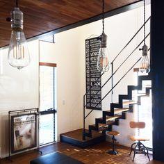 男性で、2LDK、家族住まいの加度商/リビング/男前/DIY/無垢の床/インダストリアル…などについてのインテリア実例を紹介。「エジソンバイブ風LED ソケットはアメリカ製ビンテージ物。 天井はチェリーの板張り。 壁は塗壁。 床は栗の無垢。 鉄骨階段。  ロサンゼルスのバスロールサイン。 ドラフティングチェアにスツール。  鉄筋とアングルでDIYしたポスターラック。  16時のキッチンからの眺めです」(この写真は 2016-03-17 17:18:11 に共有されました)