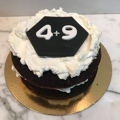 Tarta cerveza negra logo empresa. Cupcakes, Desserts, Food, Fondant Cakes, Lolly Cake, Candy Stations, Ale, Tailgate Desserts, Cupcake Cakes