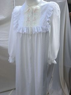 VTG Gilligan   O Malley White Lace Embroidered Cotton Zip Up Sz M Long  Nightgown  4b80ceefb