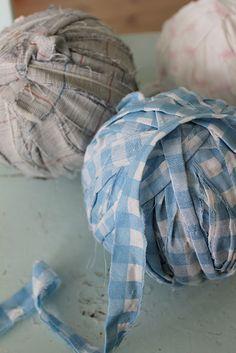 D et er mange som ønsker ein framgongsmåte på å hekle teppe av stoffremser. Dette er så enkelt at alle kan klare det. Eg skal prøve så. Braided Rugs, Diy, Jeans, Blog, Fabric Remnants, Fabric Rug, Scraps Quilt, Tejidos, Diy And Crafts