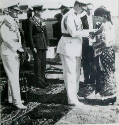 """Smaranda Braescu a fost prima femeie parasutist din Romania cu brevet in 1928 (primul salt de la 600 m, pe 5 iulie, la Berlin), a patra din Europa (dupa Franta, Cehoslovacia si Elvetia). A fost campioana europeana la parasutism in 1931 (record 6.000 m, pe 2 octombrie, depasind recordul american), fiind decorata cu Ordinul """"Virtutea Aeronautica"""" clasa Crucea de Aur."""