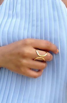 Este pequeño círculo de oro en forma de anillo precioso llevar un toque original y elegante a su equipo. - No es cerrada, toque ajustable (2 cm) - Anillo de bronce de oro - Mantenimiento de oro consejos de color: puede lavarse las manos con, por otro lado evitar contacto con