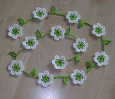 crocheted daisies - love that they are on a garland - would look pretty wrapped around a package