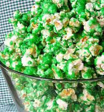 A festive & healthy snack: Green popcorn for St. Try using air-popped popcorn with green food coloring and a little olive oil minus the butter, sugar and salt for a healthy version of this tasty green treat! Grinch Party, Grinch Snack, The Grinch, Grinch Christmas, Christmas Snacks, Colored Popcorn, St Patrick Day Treats, Candy Popcorn, Appetizers