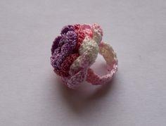 Bague fleur rose et mauve au crochet @ boutique-sylvie-créative : Bague par boutique-sylvie-creative