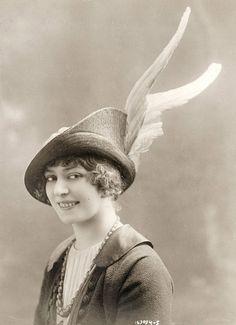 Vintage photos of 1910 hat fashion Edwardian Era, Edwardian Fashion, Vintage Fashion, Vintage Style, Women's Fashion, Classic Fashion, Fashion Models, Victorian, Jeanne Lanvin
