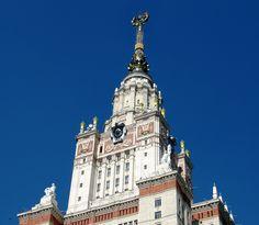 De la arquitectura de la etapa soviética en Moscú son famosos los siete rascacielos de estilo neogótico construidos por orden de Stalin en diferentes puntos de la ciudad, conocidos como las Siete Hermanas. Esta en concreto es la sede de la Universidad Estatal de Moscú, situada en la colina de los gorriones.