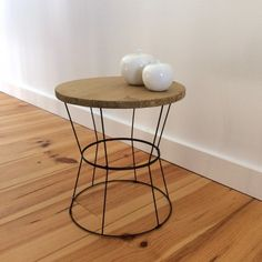 DIY table d'appoint avec des abats jours - DIY side table lampshade - www.be Plus Basement Furniture, Built In Furniture, Rustic Furniture, Furniture Decor, Painted Furniture, Brown Leather Armchair, Diy Table, Home Staging, Decoration