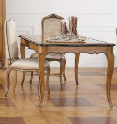 Mesa de Comedor Luis XV Nancy   Material: Madera de Cerezo   Mesa realizada en madera de cerezo, extensible a 250 cm de ancho.Existe la posibilidad de realizar estos muebles en distintos acabados. Indique el acabado en el campo de observaciones.... Desde Eur:2130 / $2832.9