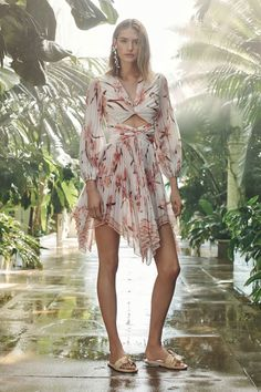 Zimmermann Resort 2019 collection, runway looks, beauty, models, and reviews.