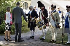 Spanish King Felipe VI(2nd-L) and Queen Letizia(L) greet 'Colonials' in period costume during a visit to the first President of the US George Washington's Mount Vernon Estate September 15, 2015 in Mount Vernon, Virginia. AFP PHOTO/BRENDAN SMIALOWSKI