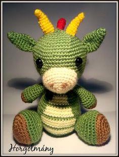 Ez tetszik a legjobban Crochet Baby Toys, Crochet Teddy, Crochet Animals, Amigurumi Patterns, Crochet Patterns, Amigurumi Minta, 2 Baby, Pom Pom Wreath, Stuffed Toys Patterns