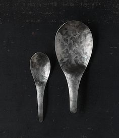 Metal artist Yuichi Takemata got his start designing and producing an original line of jewelry . A chance meeting with urushi artist Akito Akagi led to Takemata's eventual collaborations with many other artisans, and his work producing a series of hand made cutlery and tableware.