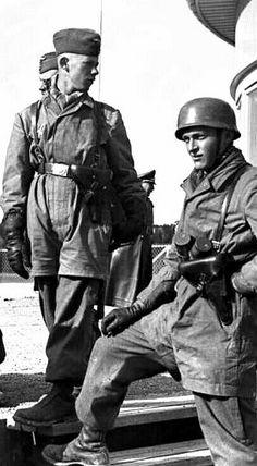 Fallschirmjäger - pin by Paolo Marzioli Luftwaffe, Paratrooper, German Soldiers Ww2, German Army, Military Men, Military History, Uniform Insignia, Narvik, Germany Ww2