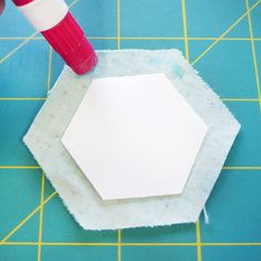 How to make English Paper Piecing hexagons tutorial! Hexagon Quilt Pattern, Quilt Patterns Free, Hexagon Quilting, Block Patterns, Pattern Blocks, Quilting Tips, Quilting Projects, Quilting Designs, Crazy Quilting