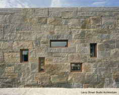 Muro de una moderna casa de piedra