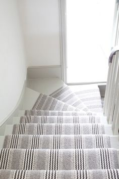 Stylish stair carpet ideas and inspiration. So you can choose the best carpet for stairs.Quality rug for stairs, stairway carpets type, etc. Modern Staircase Railing, Staircase Makeover, Staircase Design, Winding Staircase, Staircase Ideas, Spiral Staircases, Coastal Living Rooms, My Living Room, Stairwell Decorating