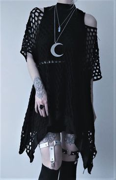 Top Gothic Fashion Tips To Keep You In Style. As trends change, and you age, be willing to alter your style so that you can always look your best. Consistently using good gothic fashion sense can help Witch Fashion, Dark Fashion, Gothic Fashion, Alternative Outfits, Alternative Fashion, Baggy Pants, Gothic Outfits, Black Crop Tops, Cute Outfits