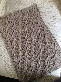 Un vrai bonheur à tricoter ce modèle!!! Encore davantage sachant que c'est pour une petite fille à naître. Il s'agit du très beau modèle de... Lace Knitting Patterns, Knitting Stitches, Baby Shawl, Ravelry, Penelope, Super Bulky Yarn, How To Purl Knit, Sweater Design, Crochet Baby