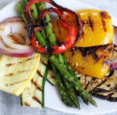 Grilled vegetables on the grill make a fabulous vegan meal - I had grilled veggies all weekend, it was amazing. Vegan Grilling, Grilling Recipes, Grilled Vegetables, Fruits And Veggies, Veggie Quinoa Salad, Vegetable Quinoa, Vegetarian Recipes, Healthy Recipes, Vegan Dishes