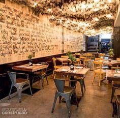 03-restaurante-de-curitiba-tem-teto-composto-por-mais-de-5-mil-lampadas