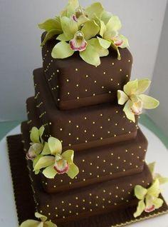 Dort čokoládový * zdobený zlatými perličkami a živou orchideí.