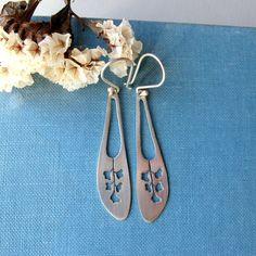 Sterling silver flower long earrings. por lunahoo en Etsy