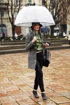 Italian Street Style - I love the hat, not enough people wear them and they look so good! Cozy Fashion, Milan Fashion, Street Fashion, Italian Fashion, Italian Style, Spring Summer Fashion, Autumn Winter Fashion, Rainy Outfit, Cool Umbrellas