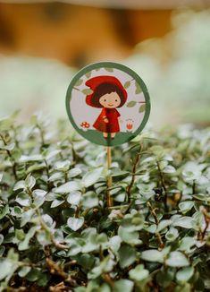 Petrecerile de copii sunt speciale pentru ca personajele de poveste preferate sunt nelipsite si in cele mai mici detalii.  #babyshower #babyparty #babypartydecor #invitatiidebotez #botez #lovepaper #cupcaketoppers #kidsparty #caketopper #partydetails #partytheme Mai, Cupcake Toppers, Baby Shower, Christmas Ornaments, Holiday Decor, Floral, Cards, Prints, Character