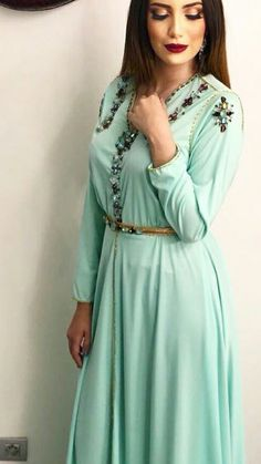 Love this makeup! Muslim Fashion, Hijab Fashion, Fashion Dresses, Moroccan Caftan, Caftan Dress, Elegant Outfit, Traditional Dresses, Pretty Outfits, Clothes For Women