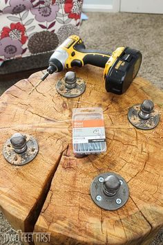 DIY tree stump table ideas & how to make them - MORFLORA DIY blunt tables with legs Diy Wood Projects, Wood Crafts, Woodworking Projects, Table Cafe, Diy Table, Tree Trunk Table, Tree Bench, Wood Stumps, Tree Stumps