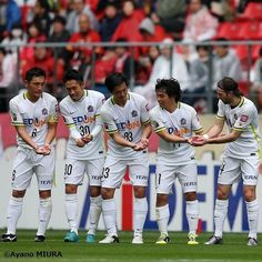 週末の試合を写真で振り返る  6日に行われた#J1 1stステージ第2節#名古屋グランパス と#サンフレッチェ広島 の一戦は1-1でドローに終わりました  写真は#J1最多得点記録 を更新する#158点 目を記録した#佐藤寿人 が得点後2日に第3子が誕生したことを祝う#ゆりかごパフォーマンス  #JLeague #J1 #NagoyaGrampus #Grampus #SanfrecceHiroshima #Sanfrecce #HisatoSato #NewRecord #新記録 #Football #Soccer #サッカー #SoccerKing #サッカーキング by soccerkingjp