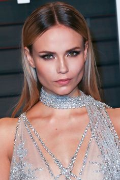 Natasha Poly's Foil-Effect Eyes The model takes highlighting to metallic levels. See more celebrity beauty secrets. Middle Part Hairstyles, Pretty Hairstyles, Straight Hairstyles, Wedding Hairstyles, Hairstyle Ideas, Hairstyles 2018, Natasha Poly, Prom Hair Updo, Vintage Wedding Hair