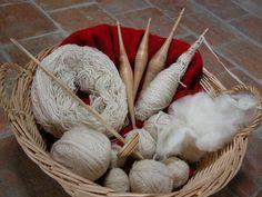 Lana cardata: La lana, appena tosata dalle pecore, viene lavata e poi cardata. La cardatura è un'operazione che precede il processo di filatura della lana.
