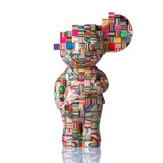 The latest creations by Japanese artist Haroshi, and his sculptures made of old recycled skateboards. Hiroshi, avid skateboarder since adolescence, uses broken