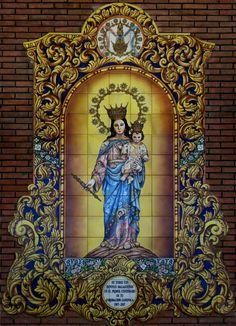 Retablo Cerámico de María Auxiliadora Coronada por el Centenario de su Coronación Canónica. Atrio del Santuario de Calle Eduardo Dominguez Ávila, Málaga. Foto: Retablocerámico
