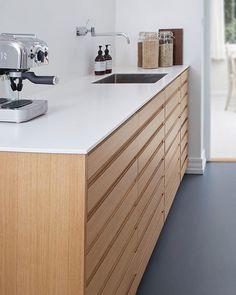 Christian valgte at hacke IKEAs køkkenskabe til et snedkerkø Kitchen Furniture, Kitchen Decor, Küchen Design, Ikea Hacks, Double Vanity, Kitchen Remodel, Kitchens, New Homes, Wood