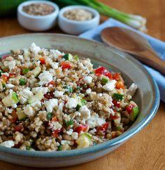 Ζεστή σαλάτα με καστανό ρύζι, κράνμπερις, καρύδια και φέτα