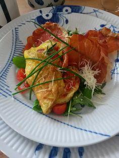 FOOD BY SKADBORG SVARE: Omelet med tomater, ost, sprød parmaskinke og bitr...