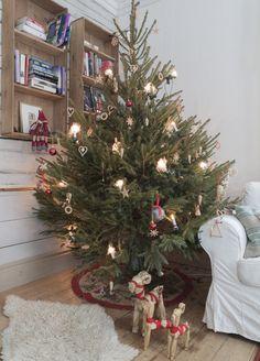 Ꭻuℓʄörbɛrɛɖɛℓsɛr ℐ Åtɛrbruƙssɬiℓ: Julgranen hämtas in dagen före julafton och kläs av familjens tonåringar med halmpynt av alla de slag.