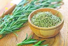 10 plants to repel garden pests. Pictured here is rosemary. Seborrhoische Dermatitis, Insect Repellent Plants, Plants That Repel Bugs, Organic Weed Control, Garden Pests, Growing Herbs, Aloe Vera, Home Remedies, Natural Home Remedies