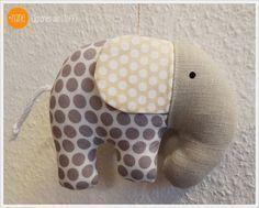 Dieser Elefant ist nicht nur kuschelig, er ist auch super cool und einfach zu nähen. - Tutorial on how to sew a cute elephant.