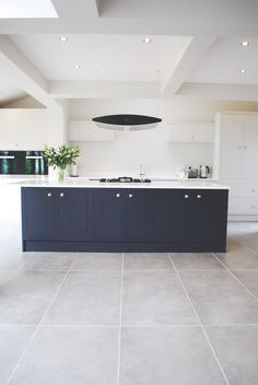 Handmade kitchen from // web site in construction Open Plan Kitchen Living Room, Kitchen Dining Living, Home Decor Kitchen, Kitchen Interior, Bespoke Kitchens, Luxury Kitchens, Kitchen Flooring, Kitchen Floor Tiles, Kitchen Diner Extension
