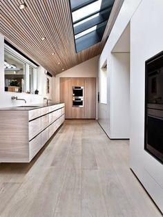15 cocinas increíbles con suelos de listones de madera · 15 amazing kitchens with plank wooden floors Modern Kitchen Design, Interior Design Kitchen, Modern Interior, Interior Architecture, Kitchen Decor, Kitchen Wood, Kitchen Flooring, Midcentury Modern, Minimal Kitchen